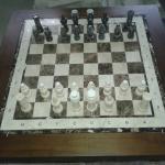 Большая шахматная доска из мрамора с шахматными фигурами
