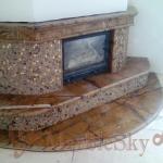 Угловой камин, облицованный мрамором и плиткой с закрытой топкой