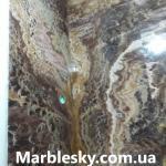 Стена из оникса в слябах